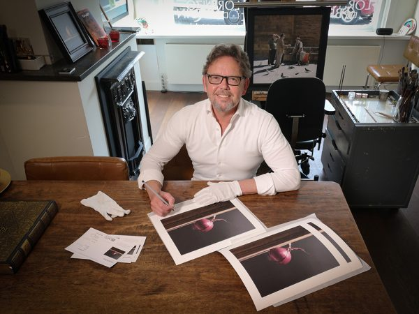 Lorenzo de Bruin signing his Rode Ui prints