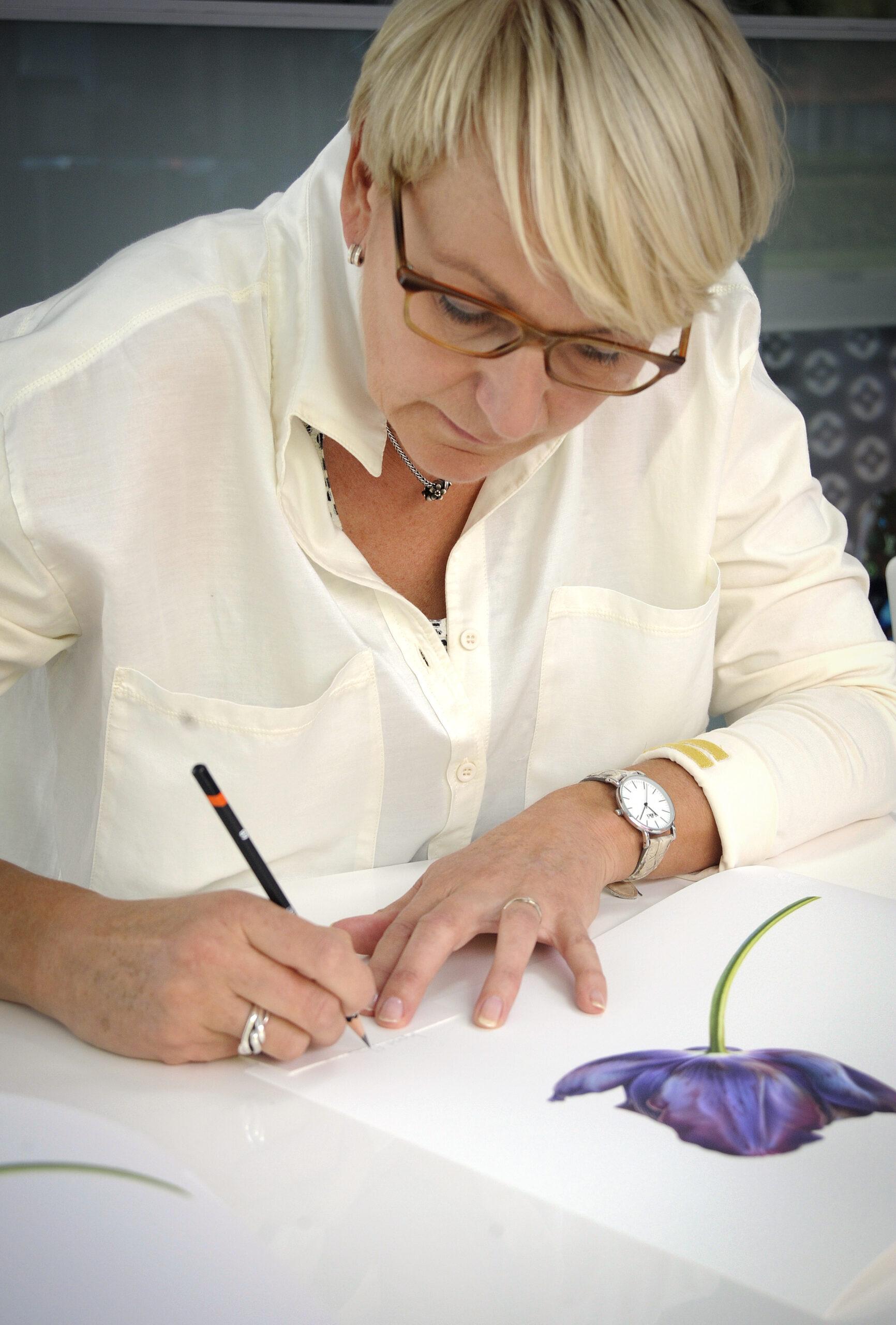 Ingrid Elias signing her giclee Black Tulip Queen of Night